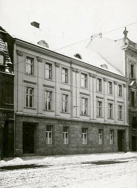 """Plac Orła Białego – budynek zwany dziś """"pałacem jońskim"""", nazwę zawdzięcza pilastrowemu podziałowi elewacji pochodzącej z 1 połowy XIX wieku. (MNS/A.Foto/15512)"""