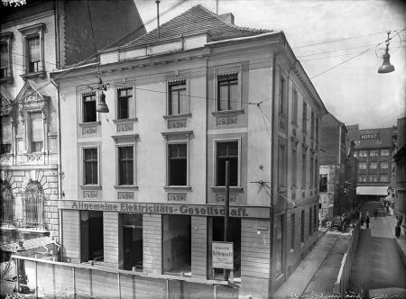 Narożny budynek przy pl. Orła Białego i ul. Łaziebnej w 1934 roku remontowano z przeznaczeniem na siedzibę związku pomorskich kas oszczędności. (MNS/A.Foto/5014)