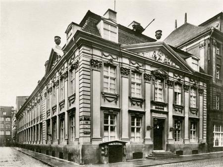 Budynek przy ul. Staromłyńskiej 13 przeszedł do historii dzięki słynnym właścicielom – kupcowi G. Velthusenowi i producentowi fortepianów G. Wolkenhauerowi, a także dzięki pięknej architekturze. (MNS/A.Foto/15440)