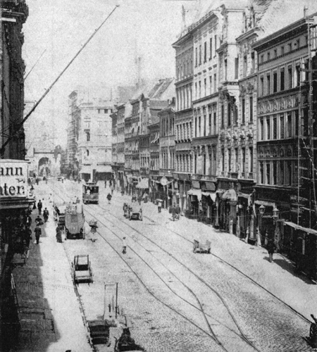 Główną ulicę Starego Miasta – dawną Szeroką, obecnie Wyszyńskiego zamykała od 1725 roku Brama Berlińska widoczna  na zdjęciu w zamknięciu perspektywy ulicy. (MNS/A.Foto/15558)