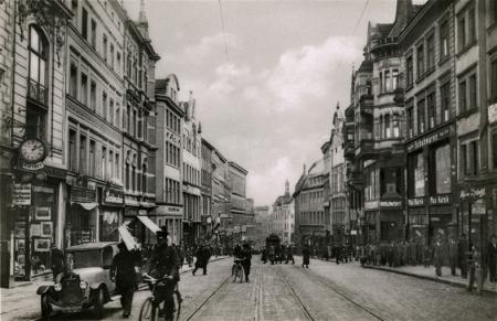 Po stronie wschodniej przedwojenna ul. Szeroka wpadała w gąszcz wąskich uliczek prowadzących do Mostu Długiego (Hanzy) i do kościoła św. Jana. (MNS/R-394)
