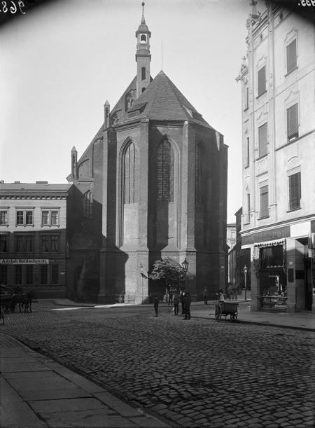 Widok na prezbiterium kościoła św. Jana z nieistniejącej ul. Królewskiej – Nad Wodą; budynek przylegający do kościoła tworzył narożnik ulicy, utworzonej w 1861 roku po zburzeniu starych zabudowań klasztoru św. Jana. (MNS/A.Foto/4921)