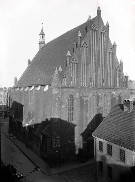 Południowy szczyt kościoła św. Jana z efektownym podziałem smukłymi blendami. (MNS/A.Foto/9195)