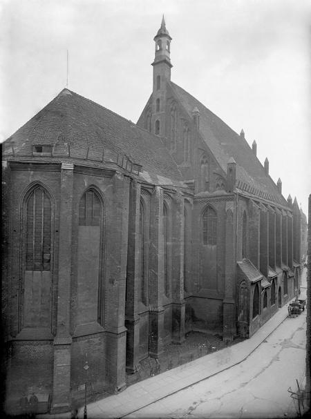 Ulica Św. Ducha wzdłuż zachodniej elewacji kościoła św. Jana, który został uratowany przed rozbiórką dzięki zabiegom szczecińskiego konserwatora Hugo Lemckego. (MNS/A.Foto/4918)