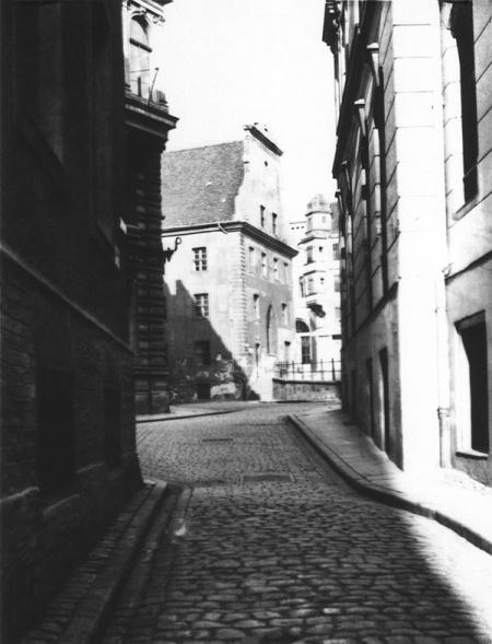 Wąskie, ciasno zabudowane uliczki Podzamcza utrudniały wykonanie fotografii, choć czasem w naturalny sposób kadrowały tak interesujące ujęcia jak to z północnym szczytem ratusza widocznym z ul. Opłotki. (MNS/A.Foto/14962)