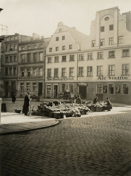 """Stragany owocowo-warzywne – jak nazwa placu nakazuje – wypełniały Rynek Warzywny, którego wschodnią pierzeję zdobiły barokowe kamieniczki – w jedniej mieściła się gospoda """"Stary Szczecin"""", w drugiej sklep meblowy, a obok kościół dla marynarzy szwedzkich. (MNS/A.Foto/15559)"""