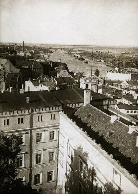 Sfotografowany w 1927 roku północno-wschodni fragment zamku z nieistniejącą dziś wieżyczką narożną i widok wzdłuż Odry w stronę północną z zabudową ul. Wyszaka i Małopolskiej. (MNS/A.Foto/15543)