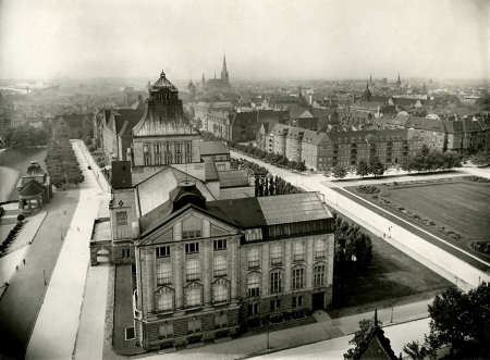 Fotografia wykonana z najwyższego miejsca na Wałach Chrobrego - z wieży dawnej siedziby rejencji na muzeum miejskie z panoramą miasta w stronę południową. (MNS/A.Foto/15539)