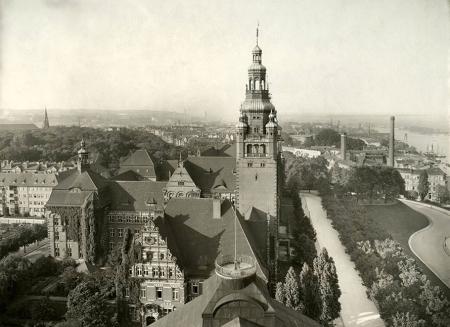 Fotografia wykonana z jednego z najwyższych miejsc na Wałach Chrobrego - z latarni muzeum na północ, z gmachem rejencji – obecnym Urzędem Wojewódzkim – na pierwszym planie. (MNS/A.Foto/15459)
