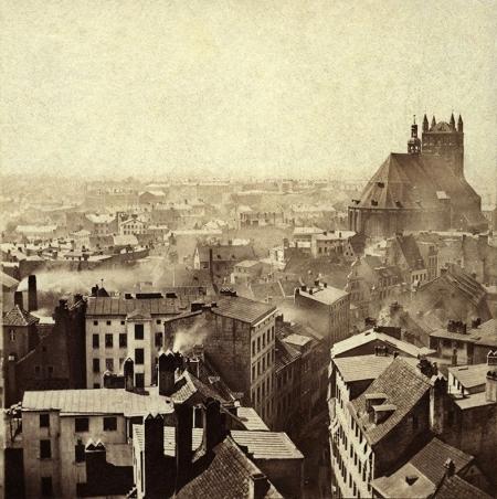 Widok z zamku na zaśnieżone dachy ul. Grodzkiej z kościołem św. Jakuba. (MNS/A.Foto/15497)