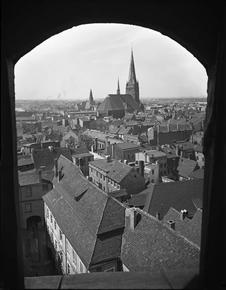 W końcu XIX wieku kościół św. Jakuba uzyskał strzelisty hełm widoczny tu poprzez okno zamku. (MNS/A.Foto/4883)