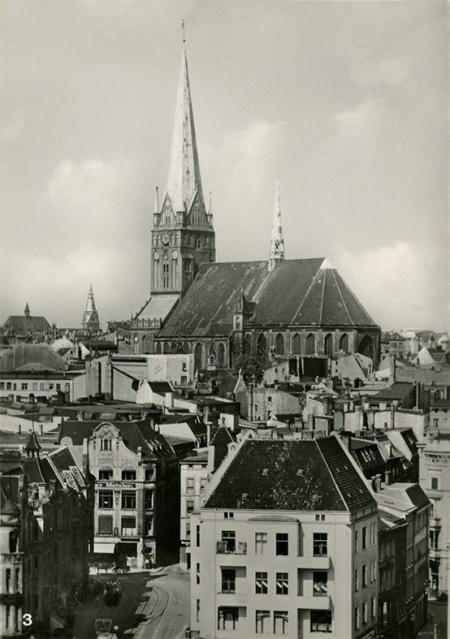 Kościół św. Jakuba stanowił zawsze dominantę Szczecina, na jego wieżę kierowała się droga z Dąbia, gęsta zabudowa przed Mostem Długim (Hanzy) tworzyła efektowną podbudowę jego masywnej bryły. (MNS/R-418)