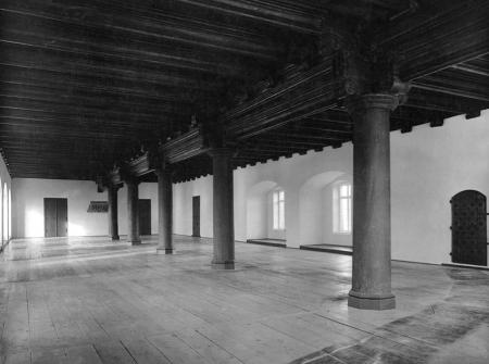 Jedno z najbardziej okazałych pomieszczeń zamku, ozdobione niezwykle efektownym drewnianym stropem belkowym wspartym na sześciu dębowych filarach, mieściło się na parterze skrzydła południowego. Podczas przebudowy w latach 70-tych XIX wieku, strop przeniesiono do nadbudowanych pomieszczeń skrzydła, gdzie spłonął pod koniec ostatniej wojny. (MNS/A.Foto/15426)