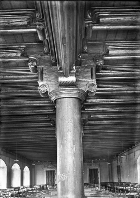 Jedno z najbardziej okazałych pomieszczeń zamku, ozdobione niezwykle efektownym drewnianym stropem belkowym wspartym na sześciu dębowych filarach, mieściło się na parterze skrzydła południowego. Podczas przebudowy w latach 70-tych XIX wieku, strop przeniesiono do nadbudowanych pomieszczeń skrzydła, gdzie spłonął pod koniec ostatniej wojny. (MNS/A.Foto/5305)