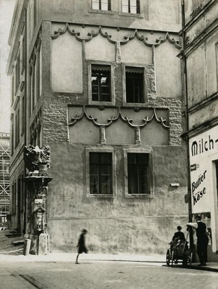 Ozdobny portal z dekoracyjnymi panopliami zdobił południowe wejście do zamku, dostępne z ul. Grodzkiej i Kuśnierskiej. Podczas remontu elewacji wieży zwanej więzienną w latach 1905-1906, odsłonięto i wyeksponowano maswerkową dekorację pochodzącą z czasów księcia Barnima XI. (MNS/A.Foto/15913)