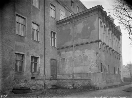 Pochodząca z lat 40-tych XIX wieku przybudówka z kolumnową galerią umieszczona była w rejonie dzisiejszego wejścia głównego do skrzydła północnego. (MNS/A.Foto/4988)