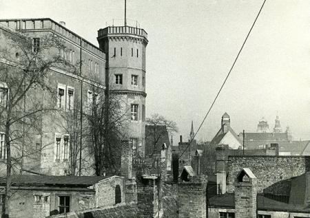 Dachy zabudowy ul. Panieńskiej dochodziły aż do podnóża zamku – widok na północną część skrzydła wschodniego. (MNS/A.Foto/15934)