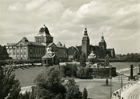 Wały Chrobrego z poziomu ul. Komandorskiej w latach 30-tych XX w. – bujna zieleń dopełniała kompozycję zespołu zaprojektowanego przez Wilhelma Meyera-Schwartau. (MNS/A.Foto/15582)