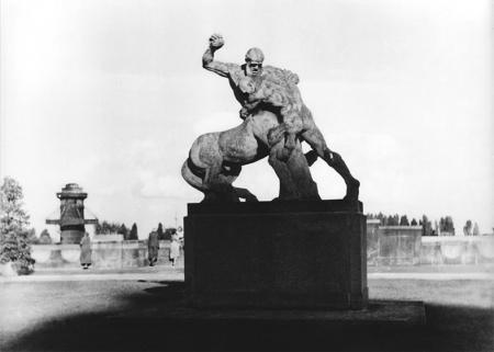 U podnóża gmachu Muzeum miejskiego na owalnym zieleńcu ustawiono rzeźbę przedstawiającą walczącego centaura, dzieło berlińskiego artysty Ludwiga Manzela. Kameralna rzeźba okazała się znacznie bardziej odpowiednia niż przewidywany tu w pierwszej koncepcji pomnik cesarski. Rzeźba ta jako jedna z niewielu przetrwała zniszczenia II wojny światowej. (MNS/R-291/1)