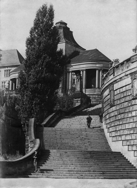 Wzdłuż monumentalnych schodów otaczających środkowy taras wykonany z potężnych bloków piaskowca, rozmieszczono płaskorzeźby z herbami miast nadbałtyckich; po wojnie przedstawienia dostosowano do nowych, polskich realiów. (MNS/R-359)