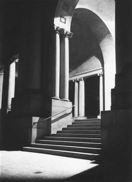Po obu stronach centralnego tarasu stanęły otwarte pawilony, których arkady wspierały zdwojone kolumny, a dodatkową ozdobę tworzyły płaskorzeźbione płyciny i herby Szczecina. (MNS/R-231/1)