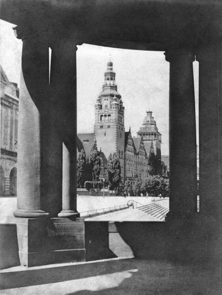 Spojrzenie poprzez arkadę przeźrocza pawilonu na gmach rejencji, którego bryła z wysokimi wieżami doskonale wpisywała się w układ przestrzeni zarówno w widoku z nabrzeża jak i górnego tarasu. (MNS/R-363)