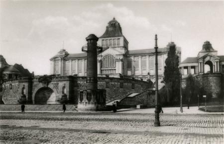 Gmach muzeum oddany do użytku w 1913 roku i do dziś służący tej samej funkcji, widok z nabrzeża w końcu lat 30-tych XX wieku. (MNS/R-368)