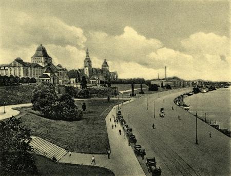 Fotografia wykonana w tym samym czasie w kierunku północnym, ukazuje monumentalność zespołu Wałów Chrobrego górującego ponad szeroką ulicą nadbrzeżną. (MNS/R-398)