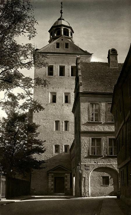 Najpopularniejsze dojście do zamku z centrum miasta wiodło ulicą Korsarzy, ten widok z fragmentem skrzydła menniczego zamykającego ul. Rycerską, pozostaje do dziś najczęstszym motywem utrwalonym zarówno przez malarzy jak i fotografików, oglądamy go w wersji z początku lat 30-tych XX wieku. (MNS/A.Foto/15563)