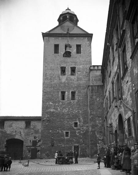 Dziedziniec Menniczy, którego nazwa nawiązuje do mennicy książęcej zlokalizowanej przy narożniku ul. Rycerskiej i Korsarzy oraz do mennicy z czasów szwedzkich w skrzydle muzealnym, powstał w latach 1616-1619. Na parterze nowego gmachu mieściła się zbrojownia, a wyżej zbiory artystyczne i biblioteczne. Zdjęcie pokazuje moment zawieszania dzwonu na wieży zamkowej w 1889 roku. (MNS/A.Foto/4984)