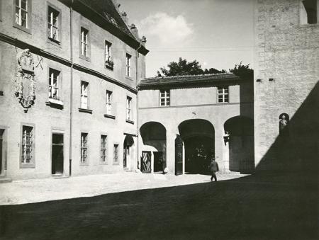 Dziedziniec Menniczy, którego nazwa nawiązuje do mennicy książęcej zlokalizowanej przy narożniku ul. Rycerskiej i Korsarzy oraz do mennicy z czasów szwedzkich w skrzydle muzealnym, powstał w latach 1616-1619. Na parterze nowego gmachu mieściła się zbrojownia, a wyżej zbiory artystyczne i biblioteczne. Zdjęcie pokazuje  wygląd dziedzińca w latach 30-tych XX wieku. (MNS/A.Foto/15921)