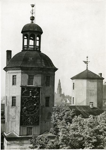 Wieża skrzydła południowego – zegarowa zawdzięcza nazwę niezwykłej atrakcji zamku – zegarowi przypisywanemu mistrzowi Kasperowi Nithardy, który wykonał go w końcu XVII stulecia, w szwedzkim okresie dziejów Szczecina. (MNS/A.Foto/15502)