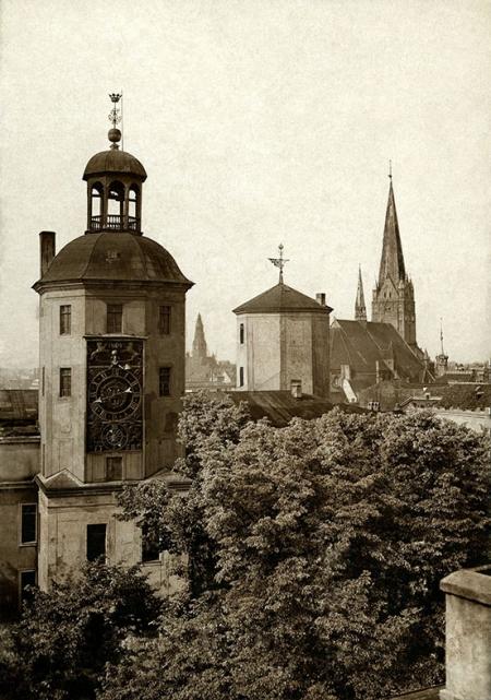 Wieża skrzydła południowego – zegarowa zawdzięcza nazwę niezwykłej atrakcji zamku – zegarowi przypisywanemu mistrzowi Kasperowi Nithardy, który wykonał go w końcu XVII stulecia, w szwedzkim okresie dziejów Szczecina. (MNS/A.Foto/15481)