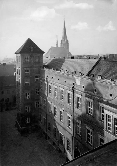 Skrzydło zachodnie wzniósł książę Jan Fryderyk z przeznaczeniem dla gości dworu i służby, po wybudowaniu skrzydła muzealnego stało się budowlą rozdzielającą dwa dziedzińce zamkowe. Od 1769 roku część apartamentów zajmowała była żona króla Fryderyka Wilhelma II – księżna Elżbieta Brunszwicka, w latach 40-tych XIX wieku budynek przebudowano przystosowując do funkcji urzędu administracji państwowej. (MNS/A.Foto/15418)