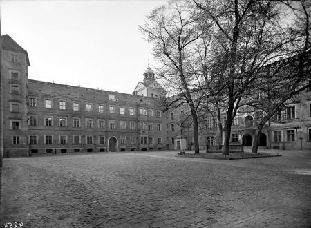 Wśród drzew na dziedzińcu głównym Zamku Książąt Pomorskich od 1834 roku stało popiersie Wielkiego Elektora Fryderyka Wilhelma – zdobywcy twierdzy szczecińskiej w 1677 roku. (MNS/A.Foto/4985)