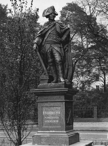 Najstarszy szczeciński pomnik króla Fryderyka Wielkiego ufundowany przez szczecinian w 1793 roku został wykonany przez słynnego rzeźbiarza Gottfrieda Schadowa; od 1877 roku na pl. Żołnierza stała kopia z brązu, a marmurowy oryginał przeniesiono do pałacu Sejmu Stanów. (MNS/A.Foto/16104)