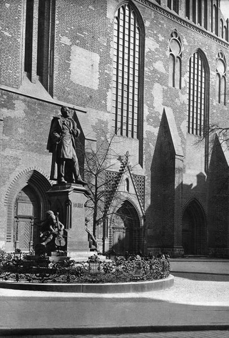 W 1897 roku przed kościołem św. Jakuba odsłonięto pomnik Carla Loewego – zasłużonego organisty i kantora tej świątyni, znanego kompozytora, który pozostawił po sobie ogromną ilość utworów do dziś cenionych przez wykonawców i słuchaczy. (MNS/A.Foto/14307)