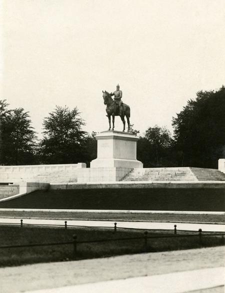 Za reprezentacyjnymi gmachami Wałów Chrobrego w 1913 roku odsłonięto konny posąg cesarza Fryderyka III według projektu Ludwiga Manzela. (MNS/A.Foto/15616)