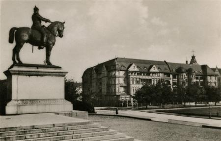 Za reprezentacyjnymi gmachami Wałów Chrobrego w 1913 roku odsłonięto konny posąg cesarza Fryderyka III według projektu Ludwiga Manzela. (MNS/R-436)