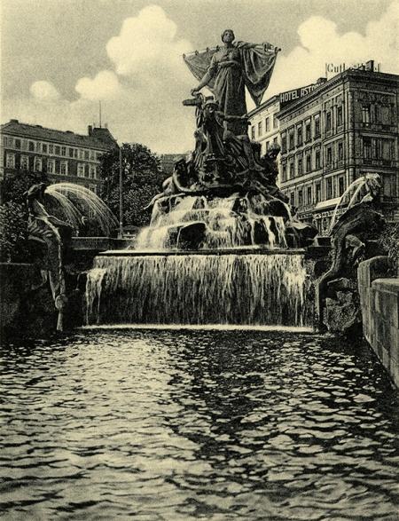 Najbardziej ulubiony przez szczecinian pomnik ozdobił w 1898 roku plac Tobrucki przed siedzibą władz miejskich; projekt berlińskiego twórcy prof. Ludwiga Manzela dopełnił okazałą architekturą z basenami, schodami, imponującą skałą i wspaniałą roślinnością prof. Otto Rieth. (MNS/R-400)