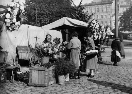 Plac Tobrucki bardzo ruchliwy dzięki sąsiedztwu dworca kolejowego i ogromnego biurowca urzędu miejskiego był ulubionym miejscem sprzedaży kwiatów – to zdjęcie nadesłano na konkurs fotograficzny w 1929 roku. (MNS/R-361)