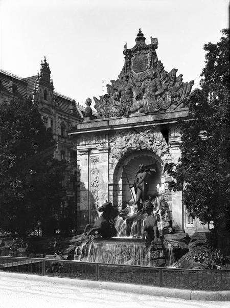 Ustawiona w 1904 roku przed wschodnią elewacją Bramy Portowej kompozycja figuralna projektu Reinholda Felderhoffa, przedstawiająca żonę Posejdona Amfitrytę w rydwanie ciągnionym przez dwa rumaki, nie zyskała akceptacji szczecinian i w 1932 roku została zdemontowana. (MNS/A.Foto/5003)