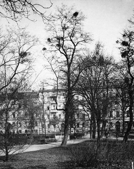 Od 1810 roku działało w Szczecinie stowarzyszenie, którego celem było upiększanie miasta i dbanie o zieleń, dzięki niemu pochodzący z początku XIX wieku cmentarz przed Bramą Królewską stopniowo przekształcano w zespół parkowo-wypoczynkowy, do dziś zachowany jako park im. S. Żeromskiego. (MNS/A.Foto/15607/2)