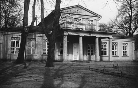 Od 1828 roku teren otaczający dzisiejszy Teatr Polski należał do loży wolnomularskiej Trzech Cyrkli; wokół widocznego na fotografii głównego budynku bractwa powstało miejsce spotkań elity szczecińskiej z pawilonami w ogrodach widocznych na kolejnym zdjęciu. (MNS/A.Foto/13620)