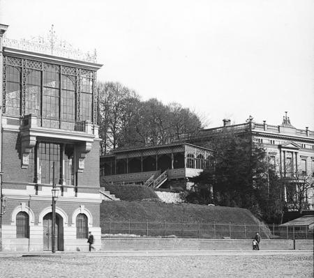Od 1828 roku teren otaczający dzisiejszy Teatr Polski należał do loży wolnomularskiej Trzech Cyrkli; wokół widocznego na poprzedniej fotografii głównego budynku bractwa powstało miejsce spotkań elity szczecińskiej z pawilonami w ogrodach widocznych na zdjęciu wykonanym z nabrzeża w rejonie ul. Jana z Kolna. (MNS/A.Foto/15690)