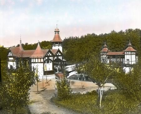 Obecny Park Kasprowicza założony przez Johanna Quistorpa, został podarowany miastu w 1924 roku; szczególnie malowniczym elementem był mostek z pawilonami nad jeziorkiem Rusałka. (MNS/A.Foto/15708)