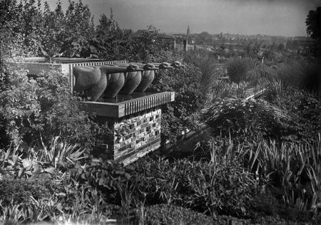 """Ulubionym miejscem wypoczynku szczecinian było rosarium, ozdobione """"ptasią fontanną"""" wykonaną w 1932 roku przez nauczycieli szczecińskiej Szkoły Rzemiosł Artystycznych G. Rosenbauera i K. Schwerdtfegera z okazji 70-lecia Szczecińskiego Związku Ogrodniczego. (MNS/A.Foto/5521)"""