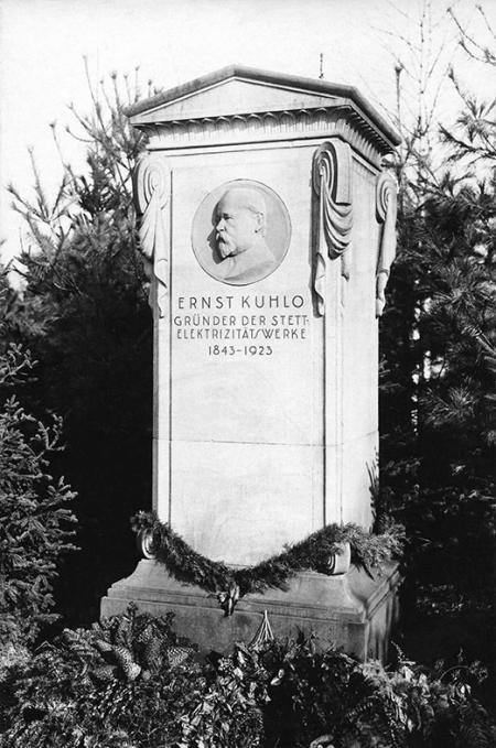Nagrobek zasłużonego szczecinianina – założyciela szczecińskiej elektrowni – Ernsta Kuhlo. (MNS/A.Foto/15145)