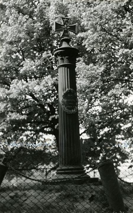 Żeliwna kolumna upamiętniająca żołnierzy niemieckich poległych podczas wojny wyzwoleńczej z Francją w latach 1813-1815 na wzgórzu usypanym przez wojska napoleońskie w 1807 roku przy ul. Unii Lubelskiej. (MNS/A.Foto/15609)