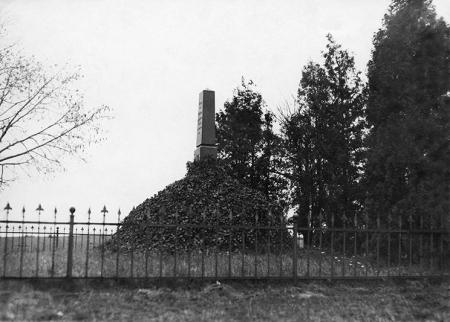 Obelisk ku czci cesarza Wilhelma I wzniesiony na pamiątkę jego wizyty na poligonie w Krzekowie w 1887 roku. (MNS/A.Foto/16103)